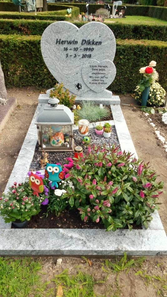Het graf van Herwin Dikken, die 5 februari van dit jaar omkwam bij een ongeval op de  N315 tussen Ruurlo en Veldhoek.