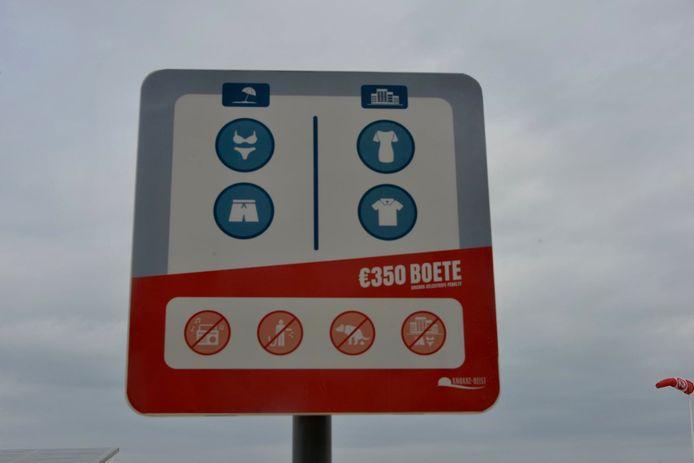 Dergelijke waarschuwingsborden staan sinds enkele dagen op het strand van Knokke-Heist.