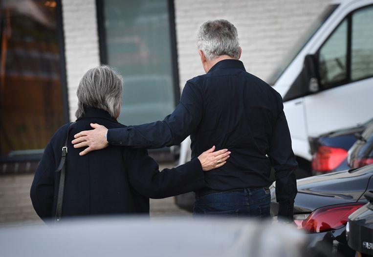 De moeder van Nicky Verstappen en Peter R. de Vries na de uitspraak van de rechtbank in Maastricht, vorig jaar november. Beeld Marcel van den Bergh