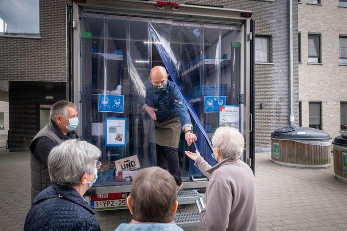 De rijdende winkel Vroemm komt voortaan wekelijks langs op zorgcampus Huize Nazareth.