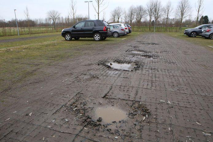 De parking uit 2012 is er slecht aan toe: de plastic tegels zijn verzakt en de putten staan vol water.
