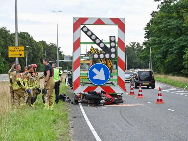 Motorrijder botst op pijlwagen en raakt ernstig gewond in Tilburg