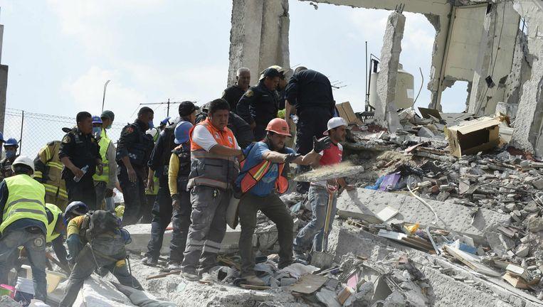 Reddingswerkers in Mexico-Stad. Beeld afp