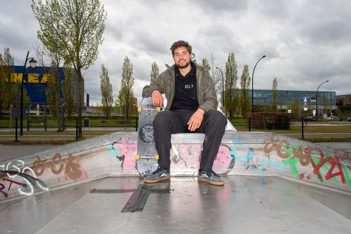 Skater Thomas Boddeus op het skatepark in Vathorst bij de plek beplakt met tape.