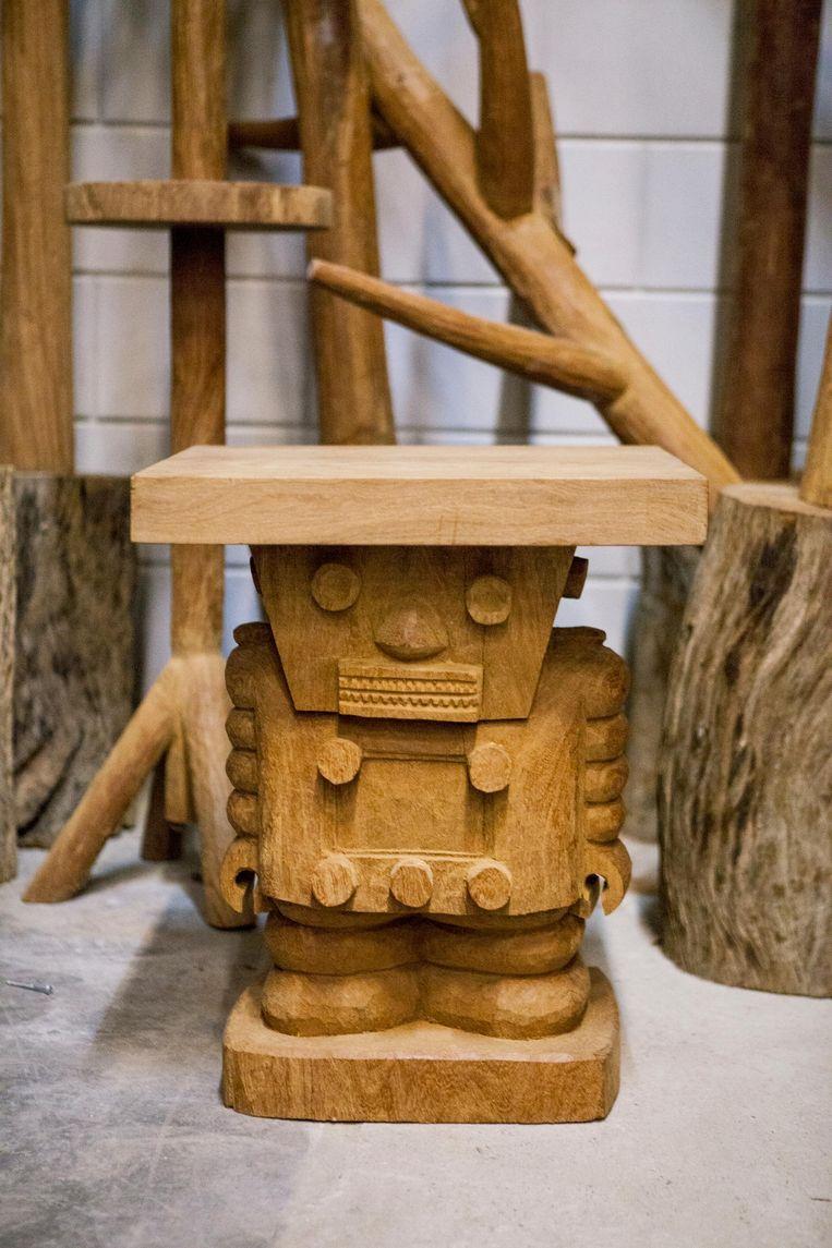 Beeldje van hout, ontworpen door Hans van Bentem, gemaakt in Senegal Beeld Yvonne Brandwijk