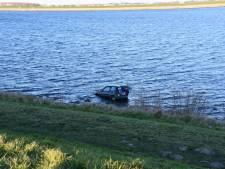 Auto te water bij Oesterdam, inzittende naar ziekenhuis