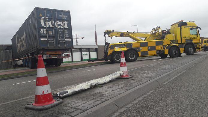 Een vrachtwagen die woensdag in Bergen op Zoom van de weg raakte, maaide een lantaarnpaal om en ramde het magazijn van groothandel Beuken. De cabine stak naar binnen. De truck werd met moeite weggetakeld.