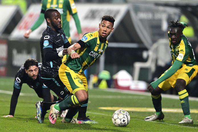 Ola John van RKC Waalwijk duelleert met Milan van Ewijk van ADO Den Haag.