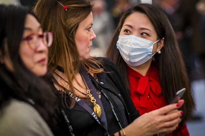 Een bezoekster met een mondkapje tijdens de voorbezichtiging van de kunstbeurs The European Fine Art Fair Maastricht (TEFAF)