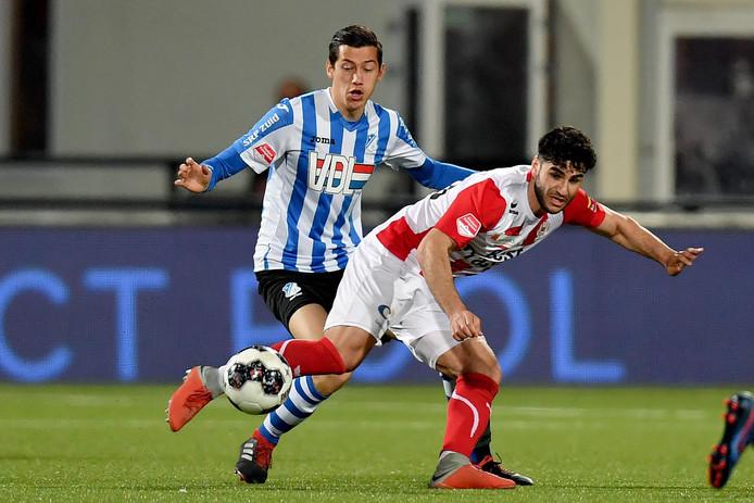 Jay Idzes (links) neemt vrijdag tegen SC Cambuur de plaats van de geschorste Siebe Van der Heyden in.
