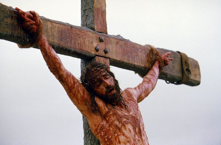 Acteur Jim Caviezel hangt als Jezus aan het kruis in de film 'The Passion of The Christ' (2004) van Mel Gibson. Beeld EPA