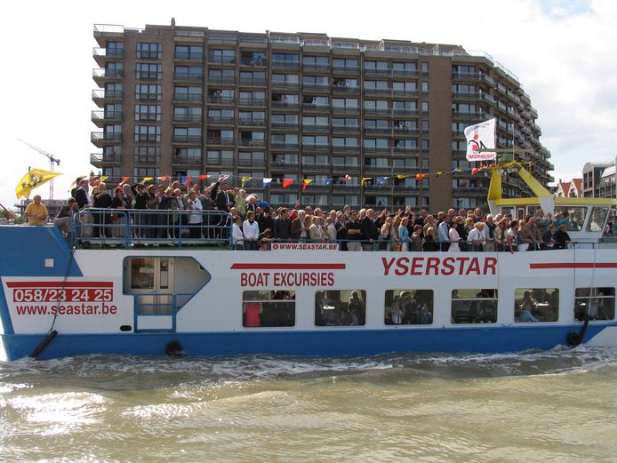Een massa volk wuifde de Nieuwpoorste ereburger en zijn team uit bij hun vertrek.