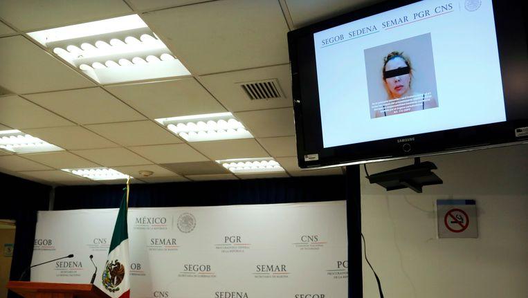 Clara Laborin Archuleta, vrouw van drugsbaas Hector Beltran Leyva, wordt getoond op een monitor tijdens een persconferentie door de federale politie in Mexico-Stad. Beeld AP