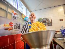 Richard (66) stopt met pijn in het hart met zijn cafetaria 't Frietje in Apeldoorn: 'Patat bakken én opeten is wat ik het liefste doe'