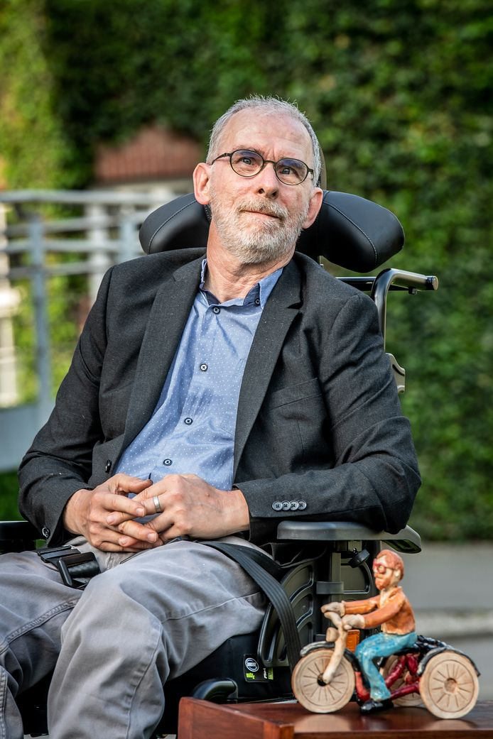 Gaston Vanpeteghem poseert trots bij zijn beeld