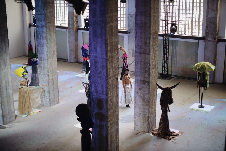Ahmad Joudeh omringd door couturecreaties van Ronald van der Kemp Beeld Nadja Lee