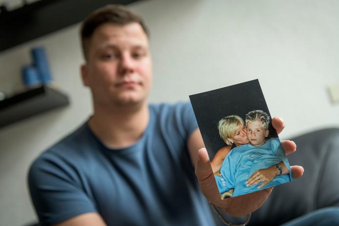 De moeder van Jesse Brugts heeft longkanker en is uitbehandeld. Ze richten zich nu op alternatieve geneesmiddelen, maar kunnen dit niet bekostigen. Daarom is Jesse een crowdfundingactie gestart voor zijn moeder.