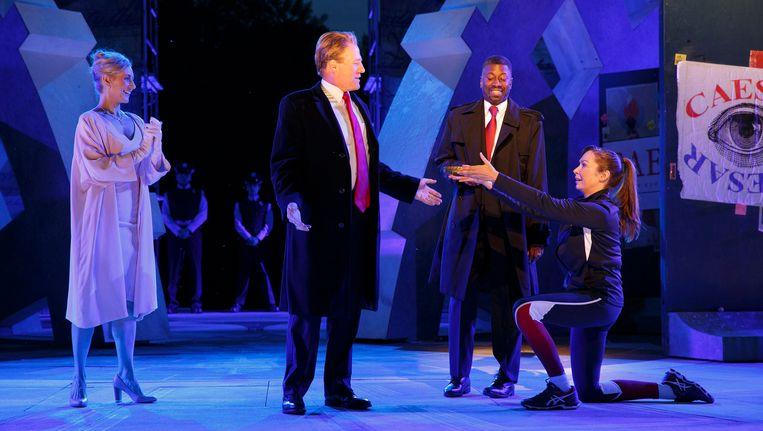 Gregg Henry, tweede van links, in zijn speelt Julius Caesar als Donald Trump. Beeld AP