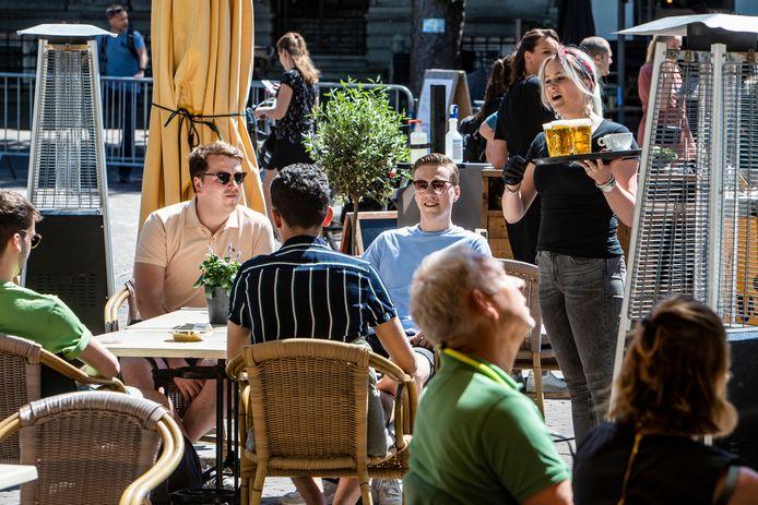 De terrassen mochten vandaag weer open en liepen meteen vol. Zo ook in Deventer.