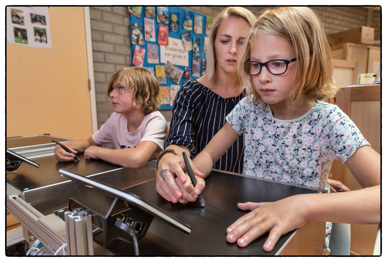 Op basisschool De Boeier in Lelystad loopt een proef met een schrijfmachine.