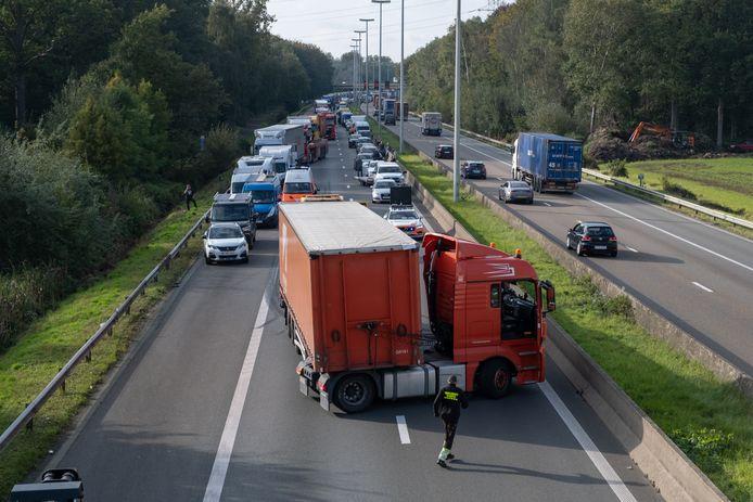 De vrachtwagen stond dwars over de rijbaan, waardoor alle rijstroken afgesloten zijn.