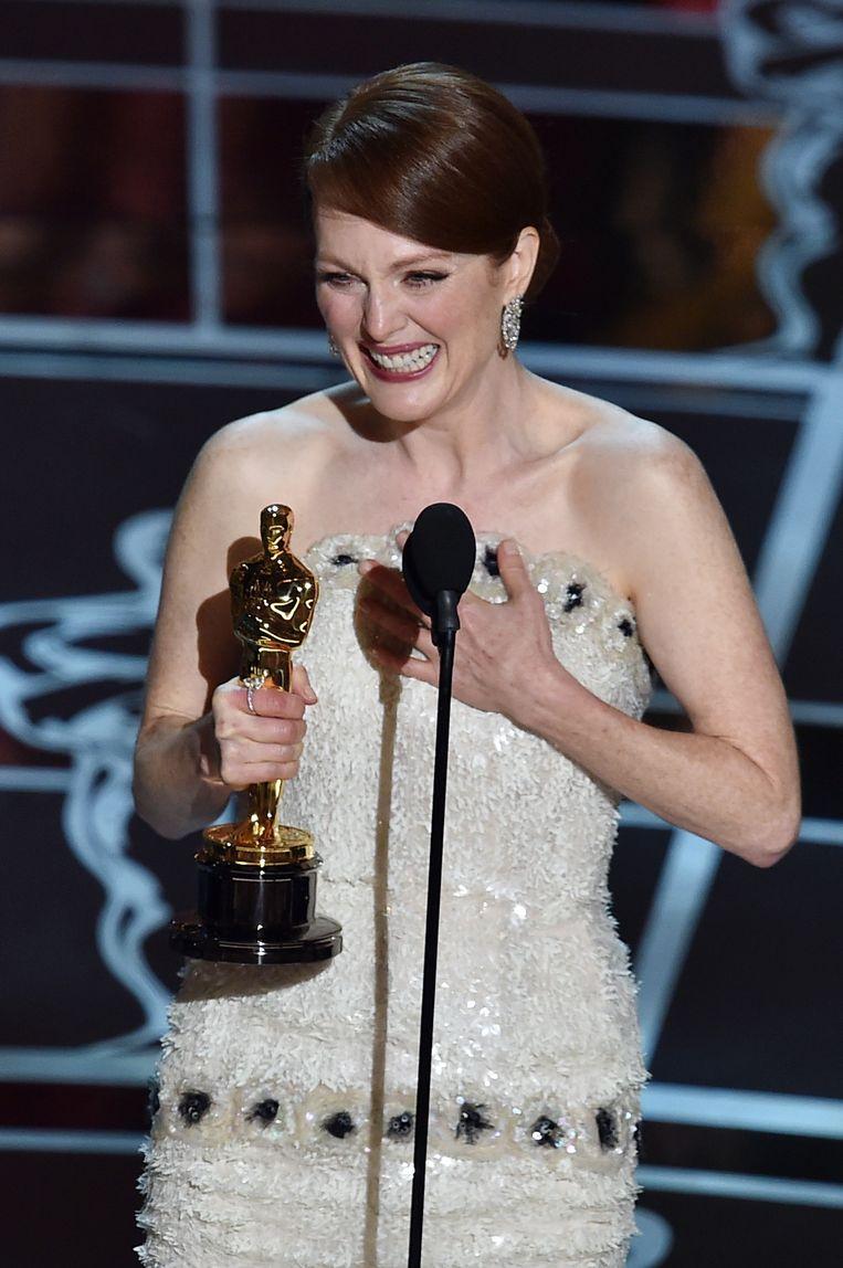 Een emotionele Julianne Moore met haar Oscar voor Beste Actrice.
