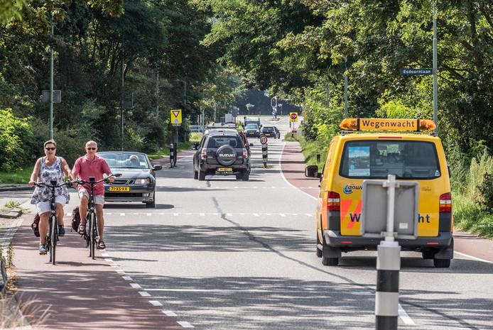 De Ringbaan in Molenhoek is een drukke weg voor het verkeer vanuit Groesbeek dat naar de A73 wil. Dit geldt ook voor de Heumensebaan omdat die twee op elkaar aansluiten.