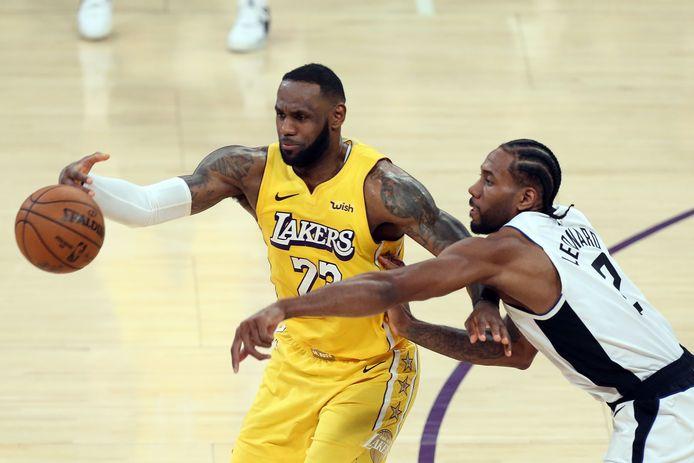 LeBron James (l) en Kawhi Leonard eerder dit seizoen.
