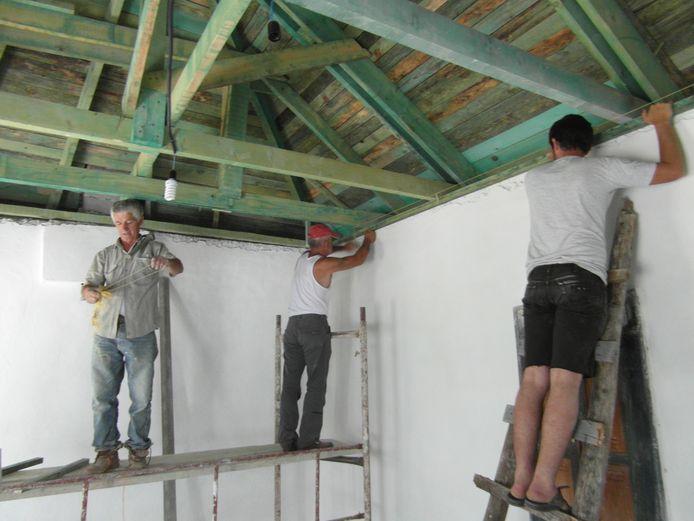 Werk aan de winkel in Albanië. Inwoners van Twenterand bouwen daar onder meer noodhuizen voor in de problemen geraakte gezinnen.