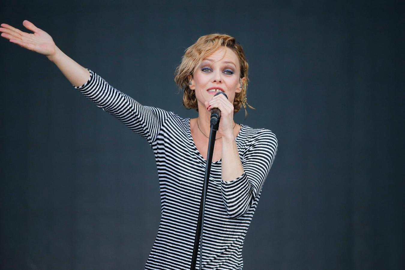 Vanessa Paradis se produisant sur la scène du festival Solidays, à l'Hippodrome de Longchamp, à Paris, le 29 juin 2014.