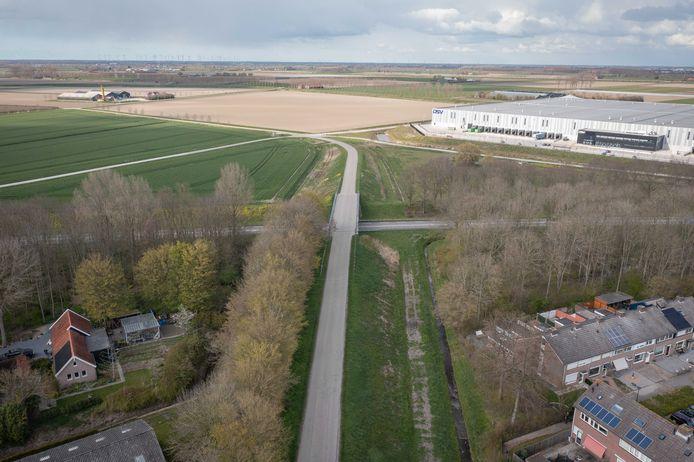 De Molenvlietsedijk en het viaduct in de bestaande situatie, april 2021.