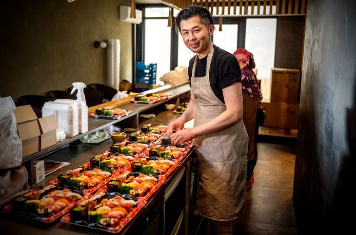 Chef-kok Hiroaki Yamamoto bereidt schalen sushi in zijn restaurant Yama. Foto: Frank de Roo