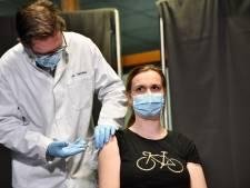 Marieke Nijhof uit Enschede is als eerste huisarts in Nederland gevaccineerd
