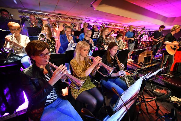 Muziekvereniging St. Caecilia oefende gisteravond bij zaal Kottink nog ijverig voor Vrienden van Geesteren Live.