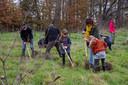Vrijwilligers Natuurpunt aan de slag in de vallei van de Gondebeek in Landskouter.