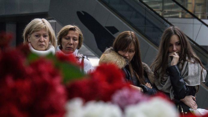 Mensen rouwen om de slachtoffers van de neergestorte Airbus A321.