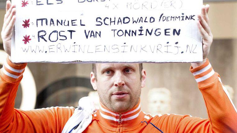 De Waxinelichthouder gooier Erwin Lensink staat met een protestbord tussen het publiek voordat koning Willem-Alexander en koningin Maxima aankomen. Beeld anp