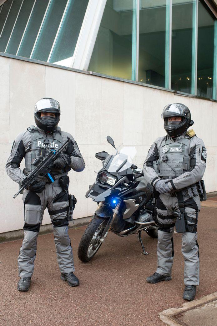 Een van de leden draagt nog een machinegeweer als extra wapen.