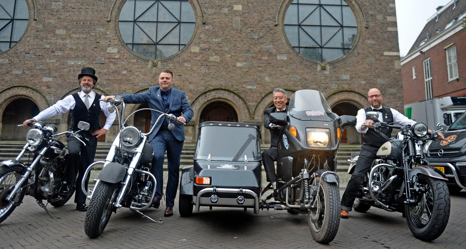 Van links af: Frits van den Esschert met zijn Triumph T140, James Wiersma bij zijn Harley Davidson Softtail Heritage, Yuen Kui op zijn BMW K75 met zijspan en Karel Harmsen op zijn Harley Davidson Softtail Deuce