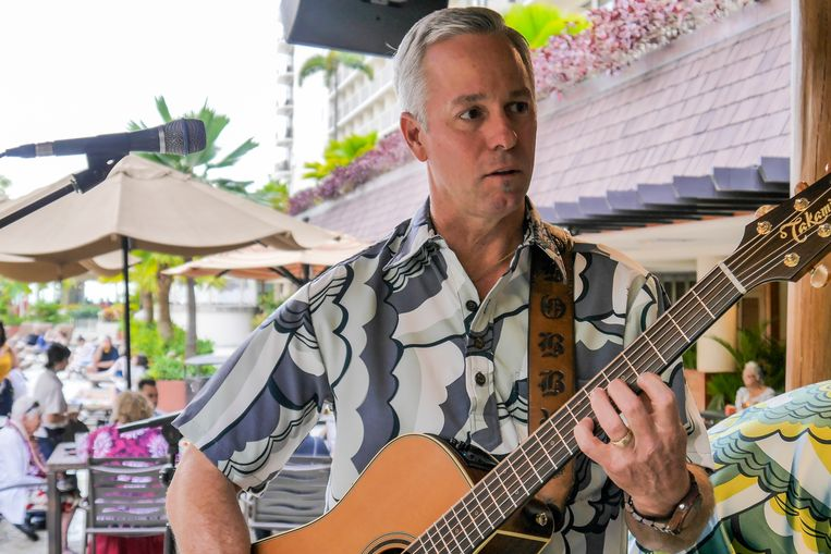 Bobby Moderow zingend in Outrigger Reef Resort. Beeld anne-gine goemans