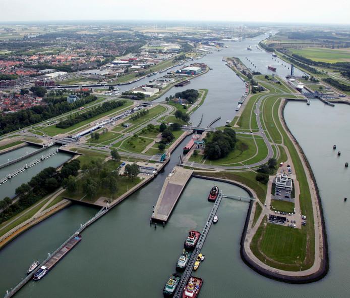 Sluizencomplex Terneuzen  twee jaar geleden, met de Oostsluis, Middensluis en Westsluis (vlnr), voordat de bouw van de Nieuwe Sluis (midden achterin) begon.