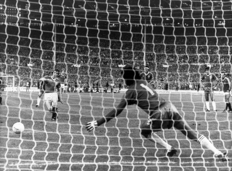 Arnold Mühren benut een strafschop voor Manchester United in 1983. Beeld anp