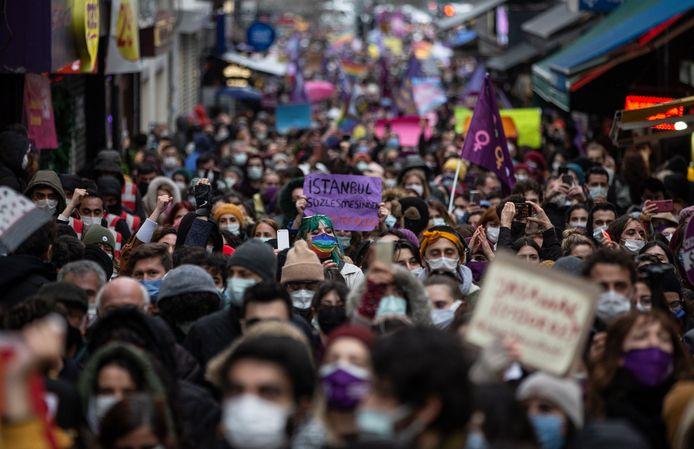 Vrouwen betoogden zaterdag massaal in Istanboel tegen het besluit van Turkije om zich terug te trekken uit het vrouwenrechtenverdrag. Dat werd in 2011 nota bene opgesteld in de Turkse stad.