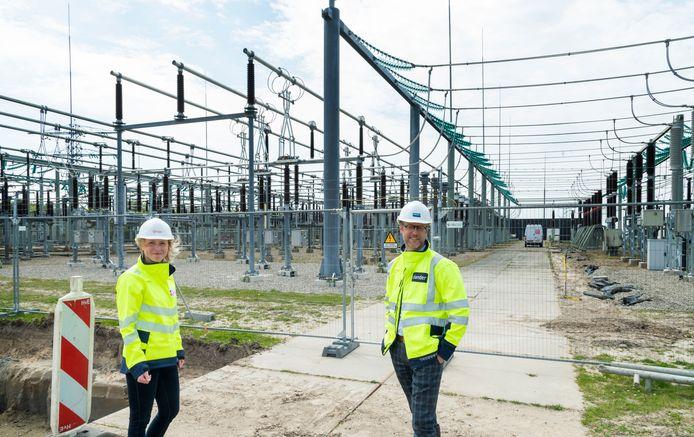 Paulina Lojek en Mark Jurus bij het onderstation van Liander en Tennet aan de Bloesemlaan in Zeewolde, dat op dit moment sterk uitgebreid wordt, met ruim een kwart aan extra capaciteit.