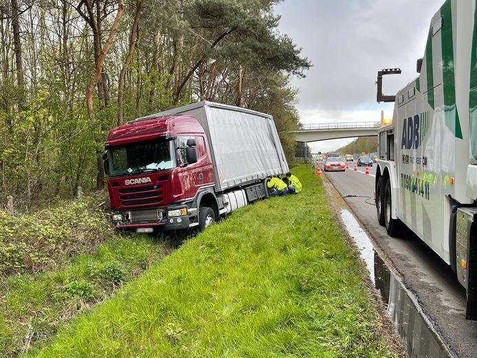De chauffeur raakte van de snelweg af en kwam tot stilstand in de gracht.