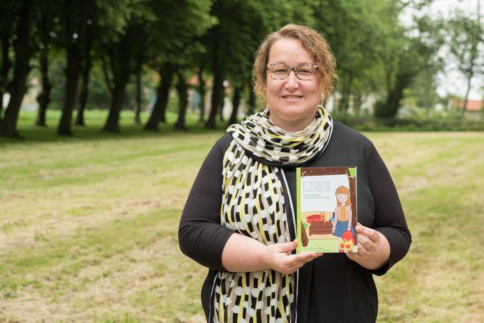 Cora Hout met het door haar geschreven lees- en leerboekje 'Lise' over seksueel misbruik bij jonge kinderen. De cover van het boekje is ontworpen door Loura Veenendaal.