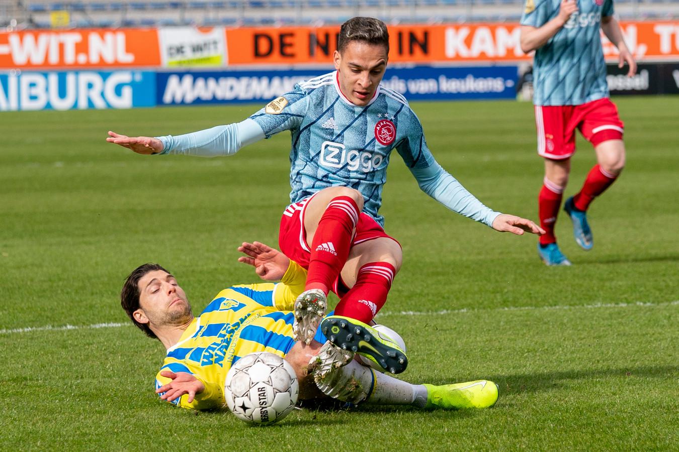 Paul Quasten zet Ajax-aanvaller Antony de voet dwars.