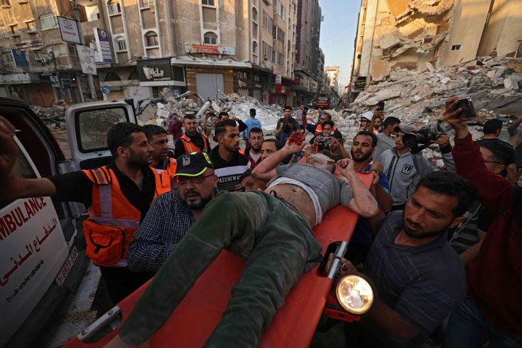 In Gaza-Stad krijgt een overlevende van een Israëlische raketaanval medische hulp. Beeld AFP