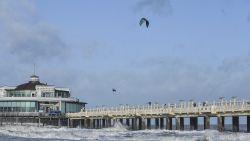 Indrukwekkende beelden: kitesurfer waagt sprong over Pier