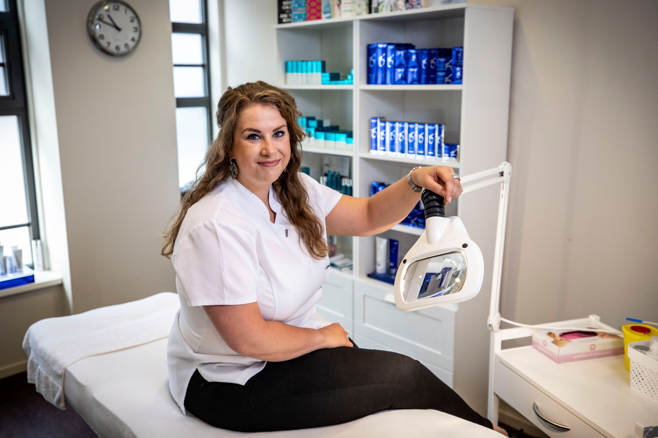 Huidtherapeute Nienke Monnink is haar eigen praktijk begonnen in gezondheidscentrum de Molenborgh. 'Ik zie patiënten graag met een goed gevoel de praktijk verlaten.'
